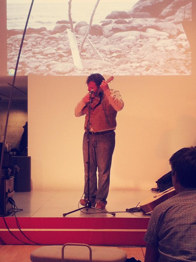 Svavar Knútur spielt auf dem Play Nordic Festival in den Nordischen Botschaften